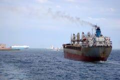 Σκάφος φορτίου εν πλω Φορτηγό πλοίο στον ωκεανό Ηλικίας σκάφος φορτίου Στοκ φωτογραφία με δικαίωμα ελεύθερης χρήσης