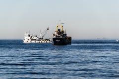 Σκάφος φορτίου που συναντά τυχαία με το αλιευτικό σκάφος Στοκ Εικόνα