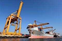 Σκάφος φορτίου φορτίου εμπορευματοκιβωτίων για το λογιστικό υπόβαθρο εισαγωγής-εξαγωγής Στοκ Εικόνα