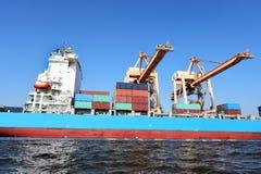 Σκάφος φορτίου φορτίου εμπορευματοκιβωτίων για το λογιστικό υπόβαθρο εισαγωγής-εξαγωγής Στοκ εικόνα με δικαίωμα ελεύθερης χρήσης
