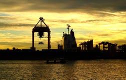 Σκάφος φορτίου φορτίου εμπορευματοκιβωτίων ηλιοβασιλέματος με την εργασία Στοκ εικόνα με δικαίωμα ελεύθερης χρήσης