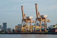 Σκάφος φορτίου φορτίου εμπορευματοκιβωτίων με τη λειτουργώντας γέφυρα γερανών στο ναυπηγείο στο σούρουπο για τη λογιστική εισαγωγ Στοκ εικόνα με δικαίωμα ελεύθερης χρήσης