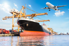 Σκάφος φορτίου φορτίου εμπορευματοκιβωτίων με τη λειτουργώντας γέφυρα φόρτωσης γερανών Στοκ Εικόνες