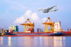 Σκάφος φορτίου φορτίου εμπορευματοκιβωτίων με τη λειτουργώντας γέφυρα φόρτωσης γερανών Στοκ φωτογραφία με δικαίωμα ελεύθερης χρήσης
