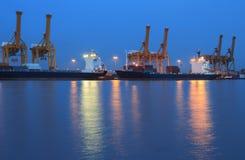 Σκάφος φορτίου φορτίου εμπορευματοκιβωτίων με το εργαζόμενο BR γερανών στοκ φωτογραφίες με δικαίωμα ελεύθερης χρήσης
