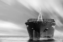 Σκάφος φορτίου φορτίου με το συσσωρευμένο εμπορευματοκιβώτιο Στοκ φωτογραφίες με δικαίωμα ελεύθερης χρήσης