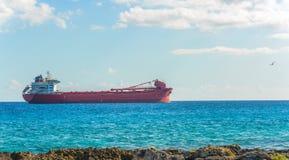 Σκάφος φορτίου Argo στην καραϊβική θάλασσα Μεταφορά φορτίου Στοκ εικόνα με δικαίωμα ελεύθερης χρήσης