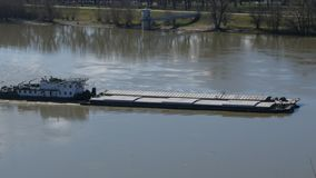 Σκάφος φορτηγίδων ποταμών που περνά από στον ποταμό Δούναβη στο Νόβι Σαντ, Σερβία απόθεμα βίντεο