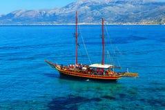 Σκάφος όπως τα schooners πειρατών με δύο ιστούς για τα πανιά κοντά στους βράχους της ακτής της Κρήτης Στοκ εικόνες με δικαίωμα ελεύθερης χρήσης