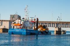 Σκάφος Camilla Hoej εκβάθυνσης και κατασκευής που προετοιμάζει τον υπόγειο για μια νέα γέφυρα Στοκ Φωτογραφία