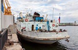 Σκάφος Naryn δεμένη στον ποταμό του Βόλγα στη θερινή ημέρα Στοκ Φωτογραφία