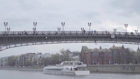 Σκάφος Radisson κάτω από την πατριαρχικά γέφυρα, το μέγαρο Tsvetkov και το σπίτι Pertsov απόθεμα βίντεο