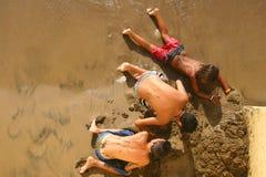σκάψιμο αγοριών στοκ εικόνες
