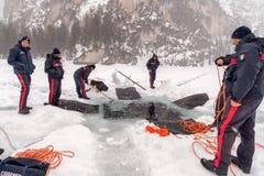 Σκάψιμο μιας μεγάλης τρύπας στον πάγο Στοκ εικόνα με δικαίωμα ελεύθερης χρήσης