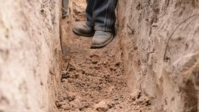 Σκάψιμο μιας τάφρου με ένα φτυάρι απόθεμα βίντεο