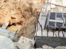 σκάψτε το ρύπο στην υπόγεια επισκευή ή την αντικατάσταση σωλήνων στοκ φωτογραφία με δικαίωμα ελεύθερης χρήσης