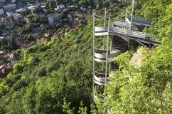 Σκάλα αργιλίου με τον τοίχο πράσινο Στοκ Φωτογραφίες