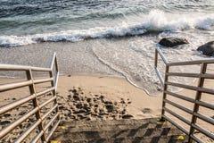 Σκάλα κάτω στην παραλία στοκ φωτογραφία με δικαίωμα ελεύθερης χρήσης