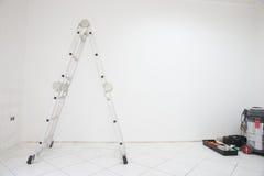 Σκάλα μετάλλων που στέκεται στο δωμάτιο Στοκ Εικόνες