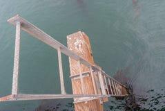 Σκάλα που κατεβαίνει από την αποβάθρα Στοκ εικόνες με δικαίωμα ελεύθερης χρήσης