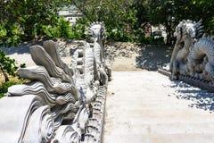 Σκάλα που συνορεύεται με και τις δύο πλευρές των δράκων μοναστήρι εισόδων Στοκ Φωτογραφίες