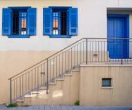 Σκάλα στην μπλε πόρτα σε Neve Tzedek Στοκ φωτογραφία με δικαίωμα ελεύθερης χρήσης
