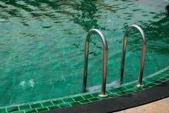 Σκάλα στην πισίνα Στοκ Εικόνες