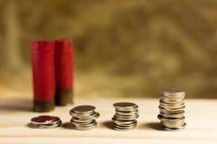 Σκάλα των χρημάτων, ταϊλανδικά νομίσματα ενός λουτρού στο ξύλο και το κυνηγετικό όπλο s Στοκ Φωτογραφία