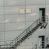 Σκάλες ασφάλειας στο πίσω μέρος ενός βιομηχανικού σκάφους στοκ φωτογραφίες