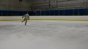Σκέιτερ πάγου που εκτελεί το ψαλίδι απόθεμα βίντεο