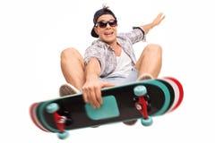 Σκέιτερ που εκτελεί τα τεχνάσματα με skateboard του Στοκ φωτογραφία με δικαίωμα ελεύθερης χρήσης