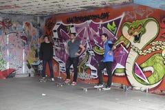 σκέιτερ s που περιμένει τη στροφή τους, το Undercroft, Λονδίνο, UK Στοκ Εικόνα