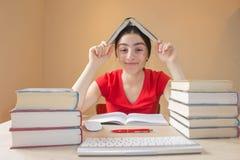 Σκέψεις, έννοια εκπαίδευσης Ανθρώπινη έκφραση του προσώπου συγκίνησης, αντίδραση, συναισθήματα, έννοια εκπαίδευσης στοκ φωτογραφία με δικαίωμα ελεύθερης χρήσης