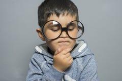 σκέψη, αγόρι με τα μεγάλα γυαλιά πολύ σοβαρά και σκέψη Στοκ εικόνα με δικαίωμα ελεύθερης χρήσης