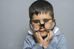 σκέψη, αγόρι με τα μεγάλα γυαλιά πολύ σοβαρά και σκέψη Στοκ φωτογραφία με δικαίωμα ελεύθερης χρήσης