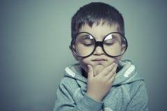 σκέψη, αγόρι με τα μεγάλα γυαλιά πολύ σοβαρά και σκέψη Στοκ εικόνες με δικαίωμα ελεύθερης χρήσης