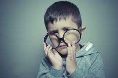 σκέψη, αγόρι με τα μεγάλα γυαλιά πολύ σοβαρά και σκέψη Στοκ Εικόνες
