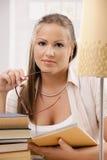 Σκέψη κοριτσιών σπουδαστών Στοκ φωτογραφία με δικαίωμα ελεύθερης χρήσης