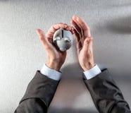Σκέψη των χεριών επιχειρηματιών που κρατούν μια ασφαλή piggy τράπεζα για την επένδυση Στοκ φωτογραφίες με δικαίωμα ελεύθερης χρήσης