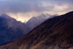 Σκίαση της σειράς βουνών με τον ουρανό ομίχλης σε Leh Ladakh Στοκ Εικόνες