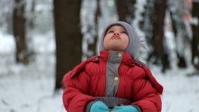 Σκίουρος καρυδιών και κλήσεων κτύπων μικρών κοριτσιών απόθεμα βίντεο