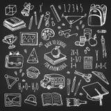 Σκίτσο σχολικών εργαλείων στο σύνολο πινάκων κιμωλίας Στοκ Φωτογραφία