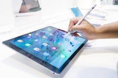 Σκίτσο χεριών με τη χρησιμοποίηση του μολυβιού της Apple με τη νέα Apple Ipad υπέρ Στοκ Εικόνα