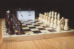Σκακιέρα, κομμάτια σκακιού και κινηματογράφηση σε πρώτο πλάνο ρολογιών σκακιού Στην εικόνα υπάρχει ένας βασιλιάς, μια βασίλισσα κ Στοκ εικόνα με δικαίωμα ελεύθερης χρήσης