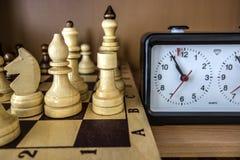 Σκακιέρα, κομμάτια σκακιού και ρολόι σκακιού Στοκ φωτογραφία με δικαίωμα ελεύθερης χρήσης