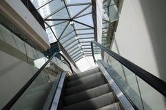 σκαλοπάτια ανελκυστήρ&omega Στοκ εικόνα με δικαίωμα ελεύθερης χρήσης
