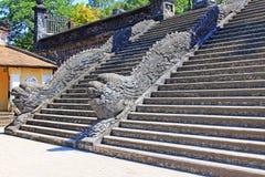 Σκαλοπάτια δράκων στον αυτοκρατορικό τάφο Khai Dinh, περιοχή παγκόσμιων κληρονομιών της ΟΥΝΕΣΚΟ του Βιετνάμ χρώματος Στοκ εικόνες με δικαίωμα ελεύθερης χρήσης