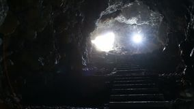 Σκαλοπάτια και έξοδος από την υπόγεια σπηλιά απόθεμα βίντεο
