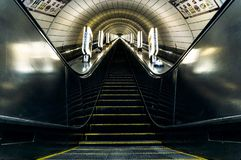 Σκαλοπάτια κυλιόμενων σκαλών υπογείων με μαλακό Illuminace γύρω στοκ φωτογραφίες