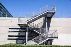 Σκαλοπάτια μετάλλων και γυαλιού στο κτήριο, σύγχρονο ύφος Στοκ φωτογραφία με δικαίωμα ελεύθερης χρήσης
